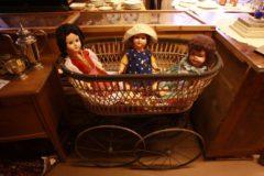 Erilaisia nukkeja korissa.