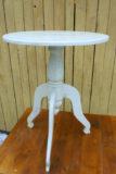 Vaalean keltainen pieni pöytä
