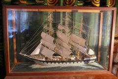 Laivan pienoismalli lasivitriinissä